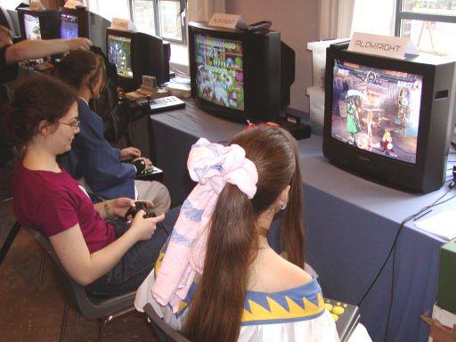 Skærmen til venstre er platformklassikeren <a href='info/soeg?titel=Bubble Symphony&_submit=1'>Bubble Symphony</a> til Sega Saturn og til højre deles der multiplayer-tæsk ud i <a href='info/soeg?titel=Guilty Gear XX&_submit=1'>Guilty Gear XX</a>. Sidstnævnte var velfortjent et yderst populært spil i gameroomet. 30/99