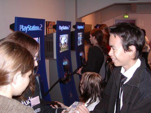 Et kig nedaf PS2-væggen i gameroomet. Der var syv PS2-standere ialt. The Third Place var lige her. 31/99