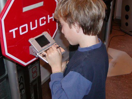 """Endnu et uskyldig barn er gået i den vanedannende <a href='info/soeg?titel=Nintendogs&_submit=1'>Nintendogs</a>-fælde. Det røde """"Touch"""" stopskilt, gav udslaget. At kalde Nintendogs for den nye <a href='info/soeg?titel=Pokémon&_submit=1'>Pokémon</a>-dille er ikke helt ved siden af. 46/99"""