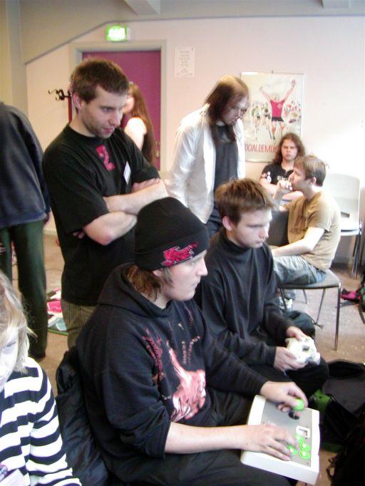 Daniel Fairchild (dRxL) kigger på mens Le Roof (muligvis) kæmper sig til en sejr i <a href='info/soeg?titel=Marvel Vs. Capcom 2&_submit=1'>Marvel Vs. Capcom 2</a> til Sega Dreamcast. 88/99