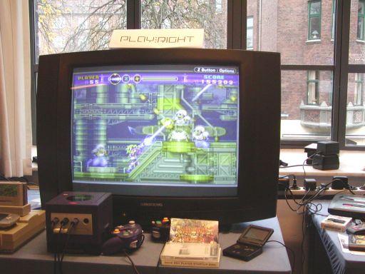 Ahh. Et af spilhistoriens bedste spil, <a href='info/soeg?titel=Gunstar Heroes&_submit=1'>Gunstar Heroes</a> til Sega MegaDrive, har fået en officiel fortsættelse til Game Boy Advance. <a href='info/soeg?titel=Super Gunstar Heroes&_submit=1'>Super Gunstar Heroes</a> er også udviklet af de legendariske <a href='info/soeg?titel=Treasure&_submit=1'>Treasure</a> folk, og den lille bærbare Nintendo-konsol presses til det yderste for at levere mere supercool 2d platform-action. Spillet vises her på en GBA Player til GameCube, der gør det muligt at vise GBA-titler på et fjernsyn. 95/99