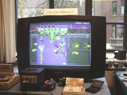 <a href='info/soeg?titel=Super Gunstar Heroes&_submit=1'>Super Gunstar Heroes</a> indeholder både 2d platform-action og vertikale shmup baner, som den der vises på billedet. Der kan spilles med to figurer, med hver sin måde at gennemføre spillet, og som i originalen, skal man helst spille på en høj sværhedsgrad for se det hele. 96/99