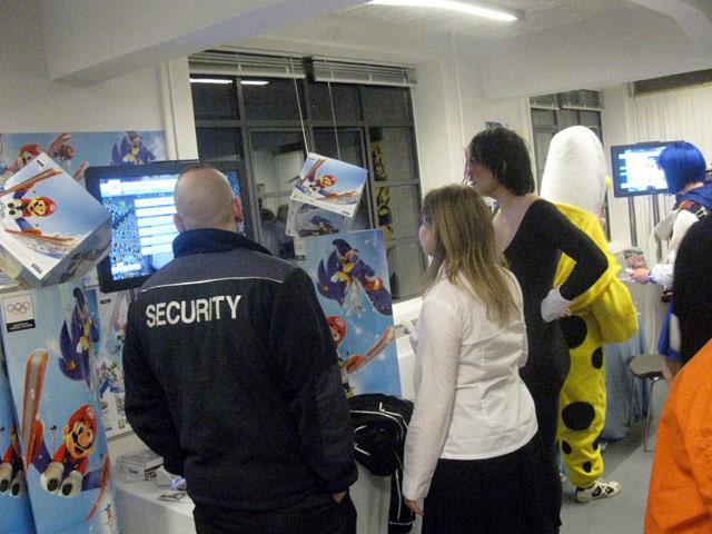 Security-folkene følger nysgerrigt med i Mario og Sonics vinter-OL spil. 56/72