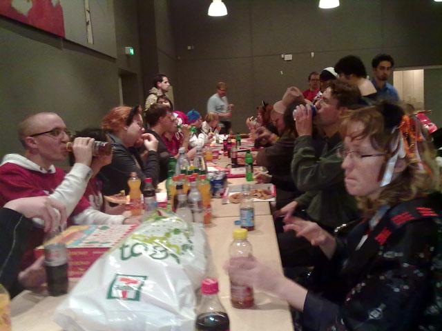 Alle folkene bag årets con nyder det længe ventede pizza-måltid efter en hård weekend. Tak for i år! 72/72
