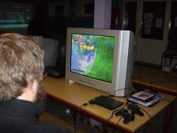 Kristensen spiller <a href='info/soeg?titel=nights into dreams&platform=PS2&param=&_submit=1'>Nights</a> på PS2. 1/60